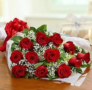 Giftbasket,Gift,red roses,roses,basket,onlineflowerdelivery,present, presentation. wrapped,wrap